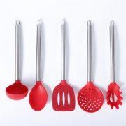 Detalle vertical del conjunto de cazo, cucharon, paleta, espumadera y pala de spaghetti de silicona y acero inoxidable LOE
