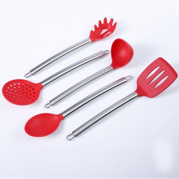 Detalle inclinado del conjunto de cazo, cucharon, paleta, espumadera y pala de spaghetti de silicona y acero inoxidable LOE