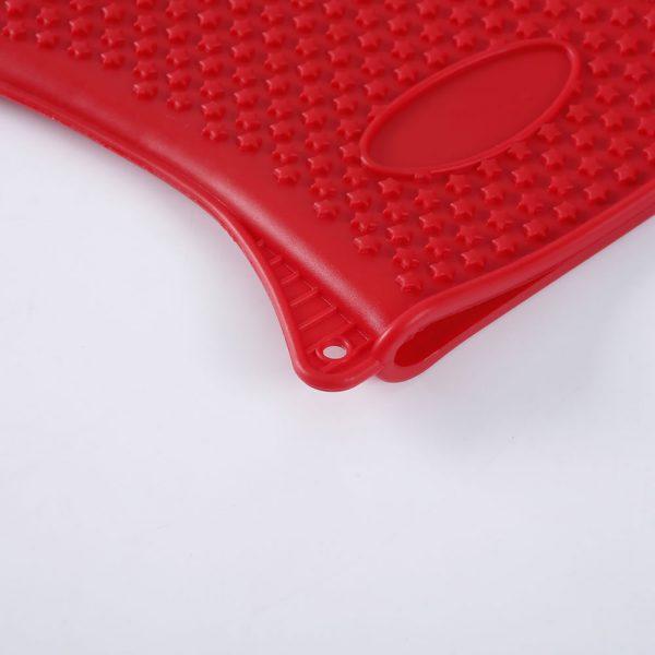 Detalle del agujero para colgar del guante de silicona LOE.