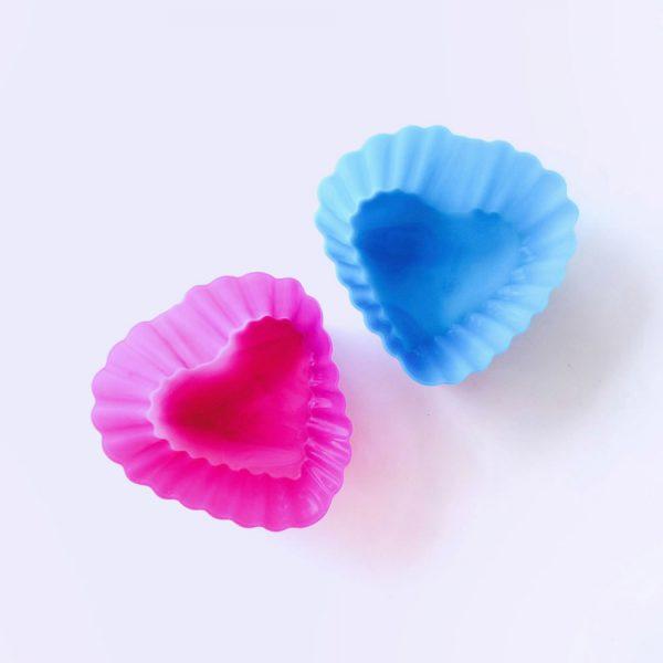 Detalle de dos moldes de silicona LOE con forma de corazón, para magdalenas.