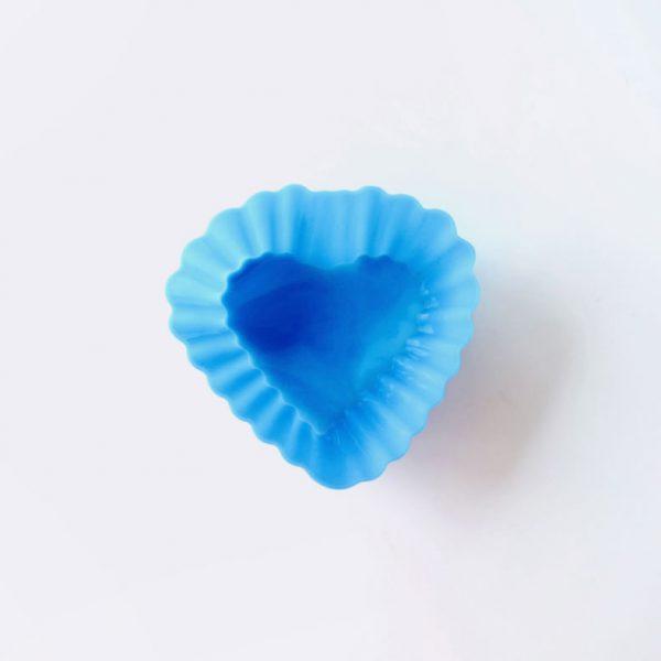 Detalle superior del molde de silicona LOE con forma de corazón, para magdalenas.