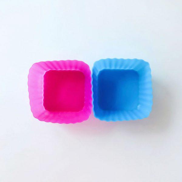 Detalle superior de dos moldes de silicona cuadrados para magdalenas LOE